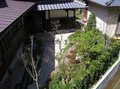 母屋と離れの間の中庭