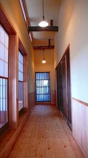 廊下 一間置き古材の松梁が見える