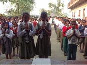 アニールドゥア  ブッダ小中学校で、歌で歓迎を受ける。