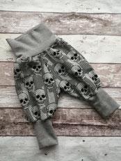 Hose Gr. 146 152 Totenköpfe Totenkopf handgemacht Handarbeit handmade SaSch Selbstgefertigtes aus Schwaben