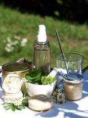 Biokosmetik, verschiedene Tiegel mit grüner Kosmetik sind aufgereiht und versprechen zarte Pflege.