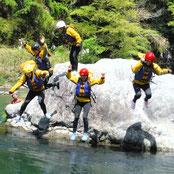 多摩川でラフティングの途中にみんなで飛び込み!