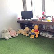 前川医院の、待合室の様子です。絨毯敷きのスペースもあり、スリッパを脱いでくつろいでいただけます。窓ぎ  わの棚には、テレビ、本、観葉植物などが並んでいます。
