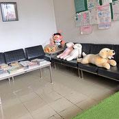 前川医院の、待合室の様子です。もちろん椅子もございます。マスコットガールが椅子でくつろいでいます。