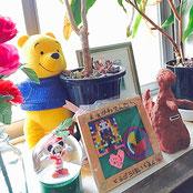 前川医院の待合室に飾ってある、近所の保育所(東郷保育園など)のお子さまや患者さまから頂いた、手作り作品たちです。素敵な絵画や人形などです。