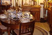 Antieke tafels en antieke stoelen