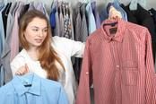 mueden.de, Preisliste, Hemdenreinigung, Bild von Frau die zwei Hemden hochhält