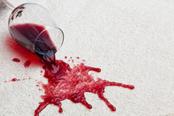 mueden.de, Preisliste, Teppichreinigung, Bild von weißem Teppich mit Rotweinglas