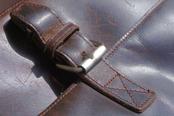 mueden.de, Preisliste, Lederreinigung, Bild von brauner Tasche mit Schnalle