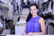 mueden.de, Preisliste, Textilreinigung, Bild von Frau die in einer Filiale steht