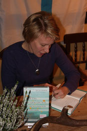 Selja signiert Bücher (Foto: Ralf Wilker)