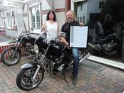 Sylvia und Wolfgang Kuhnhenn vor dem Motorradbetrieb