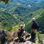 randonneurs au dessus des Gorges de la Dourbie