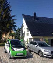 E Auto als Mobiler Stromspeicher Hintergrund Energie autarkes Gebäude durch die Kombination Solar - Wärme und Strom