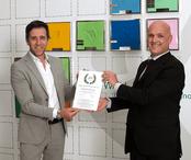 Fabio Leoni, Presidente e Direttore Commerciale di Folletto, riceve da Mauro Franceschini Presidente di FORTIA l'Attestato di Azienda Eccellente 2020 per i Sales Excellence Awards.