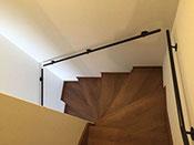 廻り階段にシンプルな手摺