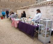 Les étales de produits fermiers du marché à La Pérotonnerie de Rom 79120