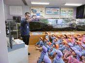 写真5 水辺の生き物について学習