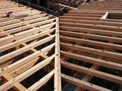 振隅の屋根と木製ハイデッキ