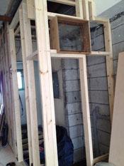 ホールと洗面所の間の壁にも小窓を。