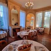 Have a continental breakfast at the Château
