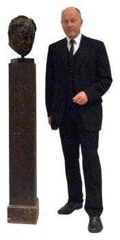 Direktor Dr. Willi Urbanek neben der Büste von Erich Fried.