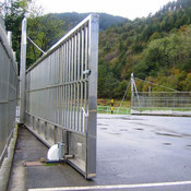 Motor drive for wide gate in Spain with AKIA wheeled automation equipment