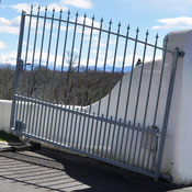 Motor drive gate on sloping ground with AKIA wheeled automation equipment