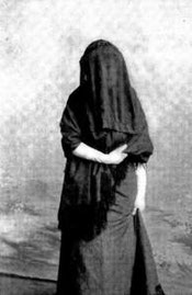 Zennour, en tcharchaf noir.