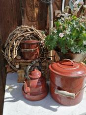 original alte Emaille Gefässe - schöne Gartendeko aus Grossmutters Zeiten
