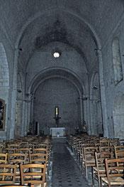 une nef de style roman cistercien comme l'abbaye du Thoronet