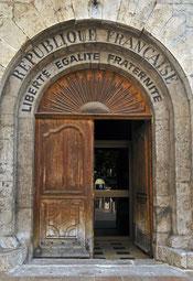 bien visible sur la porte, une inscription qui date de 1905