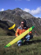 planeur radiocommandé Prodij Aeromod jaune et vert, porté par Alexis Maréchal, à la montagne