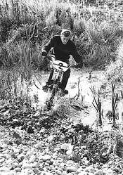 Walther Luft auf Puch MS50 mit Monoshock, Wien, Donaustadt 1965.  Foto: Georgieff