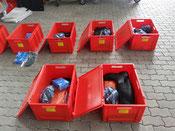 die persönliche Schutzausrüstung für den Strahlenschutz verstaut in roten Kunststoffboxen