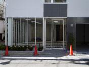 事務所併用賃貸マンション。ガレージ付オーナー事務所とワンルーム賃貸マンションの4階建て。コンパクト、収益物件。