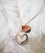 14 mm Medaillon in rosévergoldet mit 2 verschiedenen Haarsträhnen zu einem Herz geformt mit einem Gravurplättchen