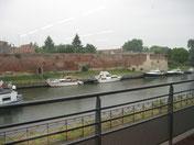 Le canal de l'Escaut glissant le long des vestiges de remparts.