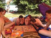 Spielen unterm Sonnenschirm