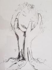 Trauriges Frauengesicht wird von zwei Händen tröstend gehalten. Sie geben Halt in der Zeit der Trauer.