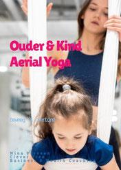 Moeder en dochter doen samen aan aerial yoga