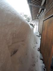 宿の北側の軒の様子。。。迫り来る雪になんとか通路を作りました!
