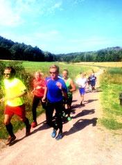 Magnus leder ett gäng pigga löpare runt på 12km banan.
