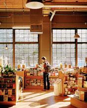 大きな窓があり、開放的な雰囲気