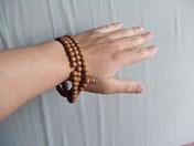 手に巻いた白檀の数珠