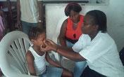 Consultation des enfants à l'orphelinat par Soeur Eugénie
