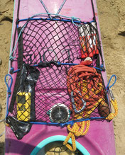 VHF, bout de remorquage, compas, fusées de détresse, pagaie de secours au service de la sécurité