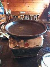 炭火で陶板を熱して焼きます