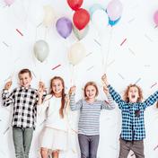 Kinder mit Ballons, glücklich