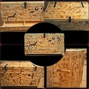 Handgefertigte Holztruhe mit Flammung und Brandmalerei, geeignet für Mittelalterdarstellung und mehr.